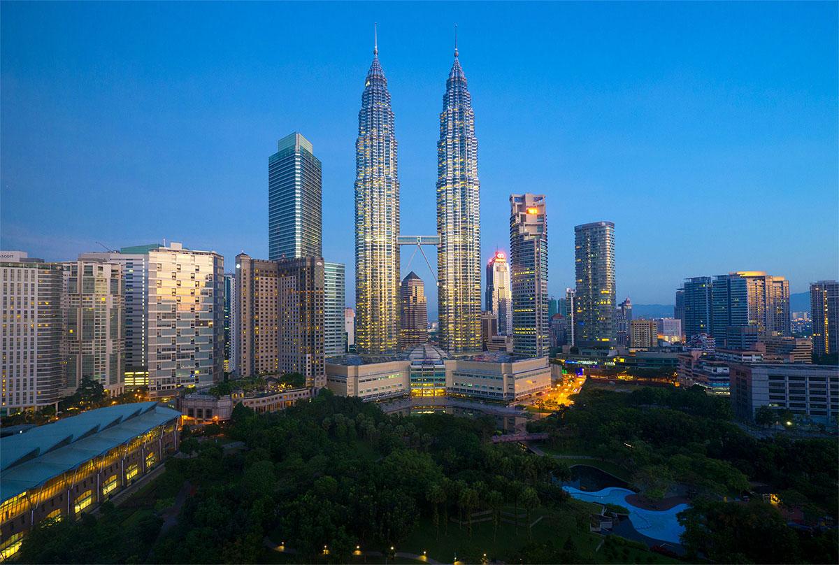 Image of the Petronas Twin Towers in the Kuala Lumpur Skyline at night